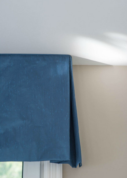dark-blue-roman-bline-window-treatment