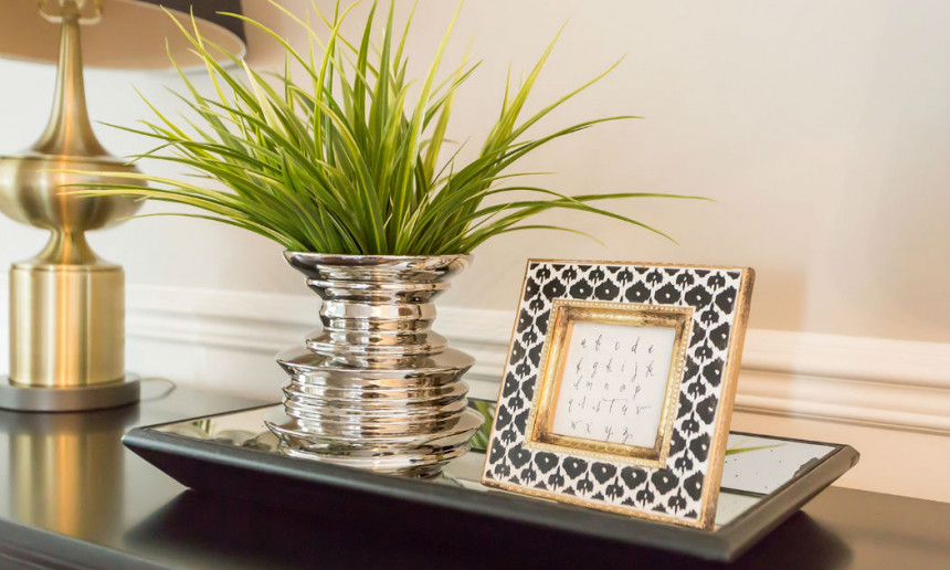 foyer-with-black-and-gold-picture-frame-and-plant-decor-3