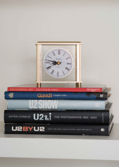 living-room-decor-with-books-and-gold-clock-2
