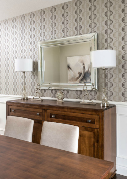 monochromatic-dining-room-with-wallpaper-and-buffet-with-2-lamps-and-bevelled-mirror