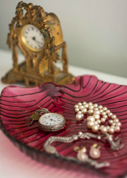 pink-decor-tray-with-pearls-and-jewlery-and-gold-clock-2