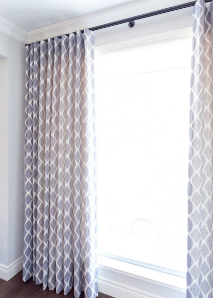 traditional-dining-room-with-blue-diamond-pattern-ripplefold-drapery