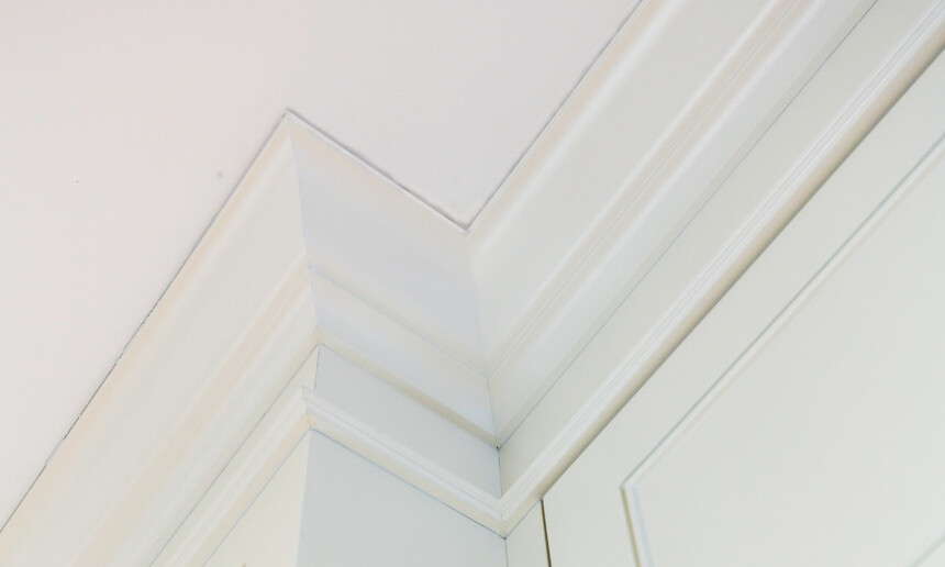 traditional-white-kitche-with-custom-crown-molding-detail