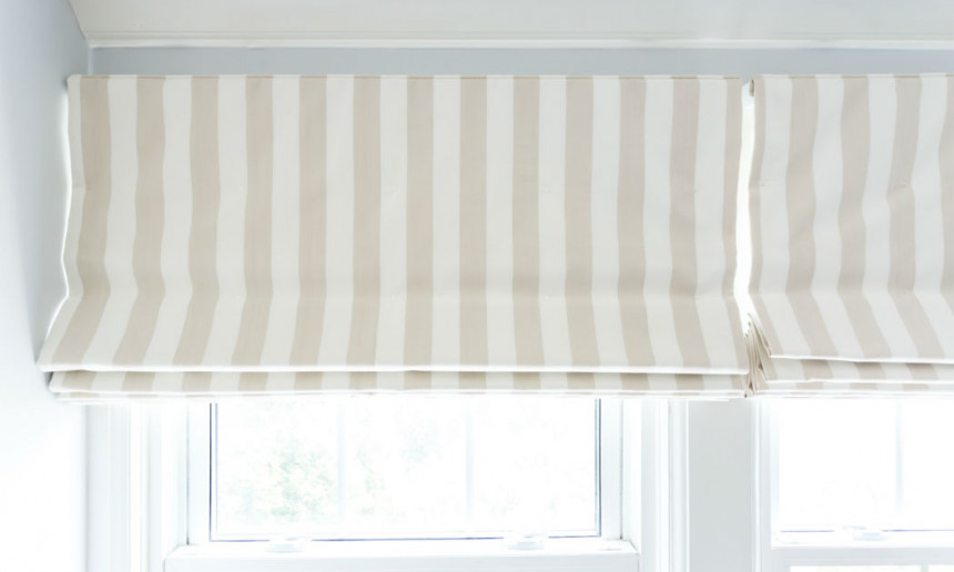 kitchen-with-cream-and-white-striped-roman-blind