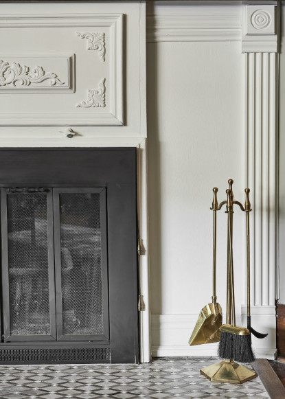 white-and-black-living-room-fireplace-with-patterned-rug-and-fireplace-detail-3